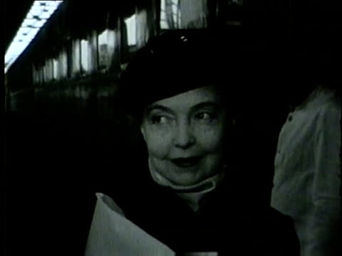 lillian gish arrives with children on train in chicago in 1954 gish came to evanston's showcase theater for a twoweek production of the trip to... - 1954 bildbanksvideor och videomaterial från bakom kulisserna