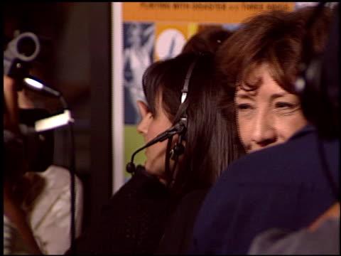 vídeos y material grabado en eventos de stock de lilly tomlin at the 'i heart huckabees' premiere at the grove in los angeles california on september 22 2004 - the grove los angeles