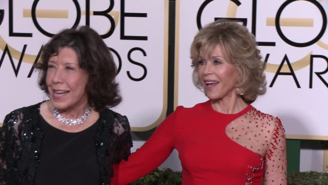 vídeos y material grabado en eventos de stock de lily tomlin and jane fonda at the 72nd annual golden globe awards arrivals at the beverly hilton hotel on january 11 2015 in beverly hills california - the beverly hilton hotel