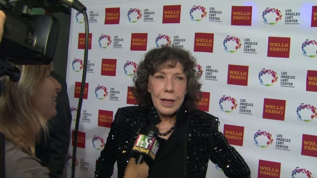 stockvideo's en b-roll-footage met lily tomlin at los angeles lgbt center 46th anniversary gala vanguard awards at the hyatt regency century plaza on november 07 2015 in los angeles... - anniversary gala vanguard awards
