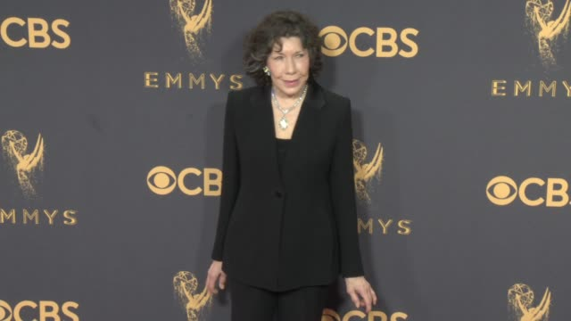 vídeos de stock, filmes e b-roll de lily tomlin at the 69th annual primetime emmy awards at microsoft theater on september 17 2017 in los angeles california - microsoft theater los angeles