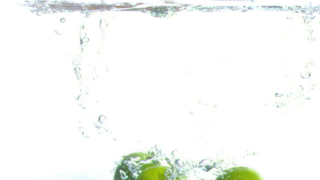 lime falling into water in super slow motion - ライム点の映像素材/bロール