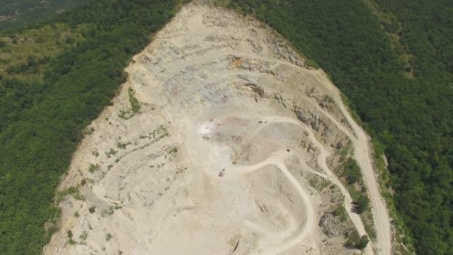 antenna: miniera a cielo aperto di calce in montagna - marmo roccia video stock e b–roll
