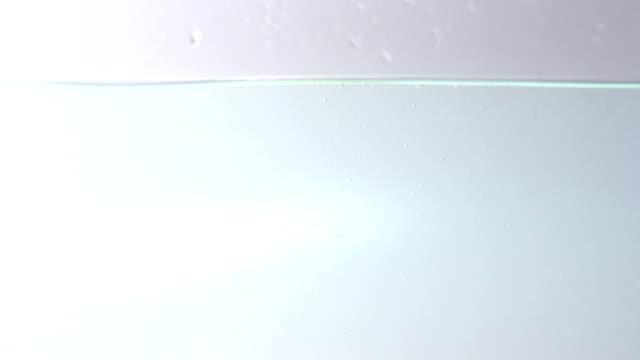 水にライムのしぶきのスローモーション - ライム点の映像素材/bロール