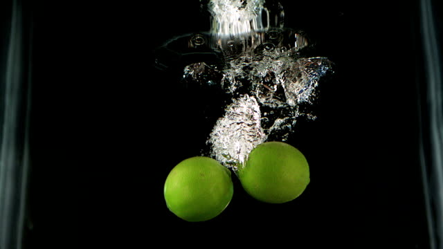 vídeos de stock e filmes b-roll de limas chapinhar na água - movimento perpétuo