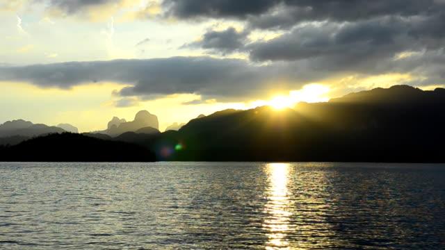 vídeos de stock, filmes e b-roll de calcário em cheow lan lake ao pôr do sol, tailândia, na temporada de inverno - dam