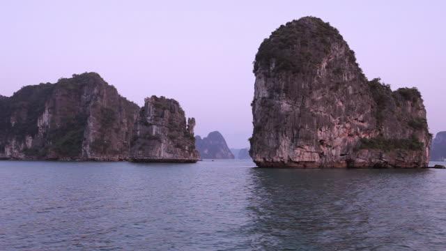 WS PAN Limestone islands in Ha Long Bay / Vietnam