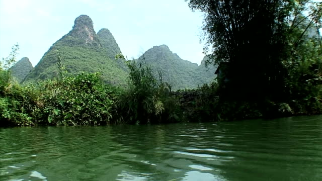 vidéos et rushes de ws boat pov limestone pillars and jungle, yangshuo, guangxi, china - terre en vue