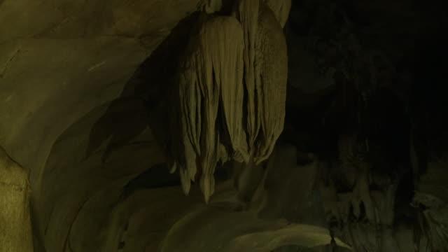 vidéos et rushes de limestone tunnel, gua tempurung  cave, kl - extreme close up