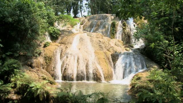 stockvideo's en b-roll-footage met ws limestone water cascading in jungle / agua azul, palenque, rio bascan, chiapas, mexico - azul