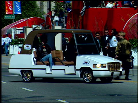 limo at the 1999 academy awards at the shrine auditorium in los angeles california on march 21 1999 - oscarsgalan 1999 bildbanksvideor och videomaterial från bakom kulisserna