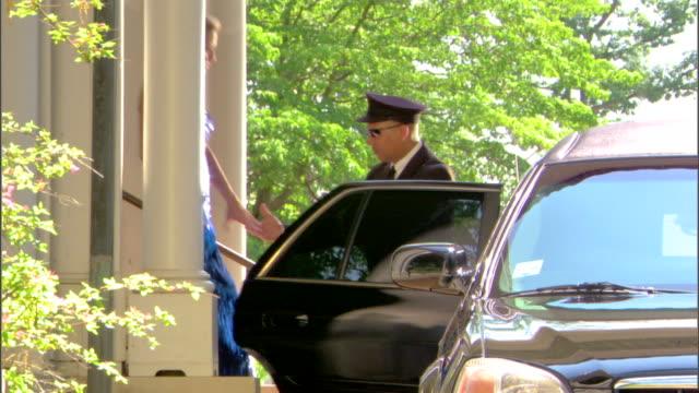 limousine driver helping elegant couple - limousine luxuswagen stock-videos und b-roll-filmmaterial