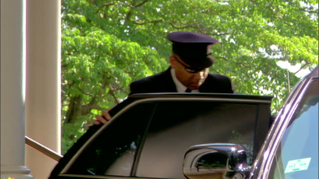 limousine driver helping elegant couple - chauffeur stock videos and b-roll footage
