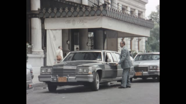 1985 nyc - limousine in front of the plaza hotel - limousine stock videos & royalty-free footage