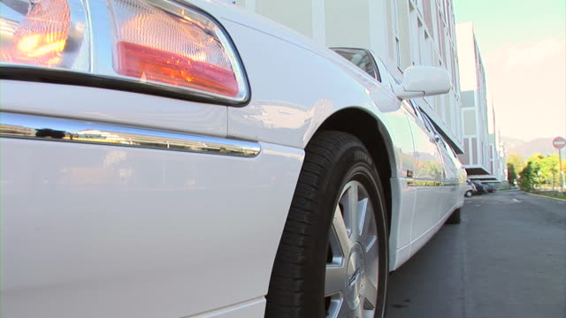 hd: limousine - limousine luxuswagen stock-videos und b-roll-filmmaterial