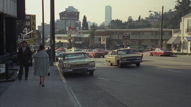 vídeos de stock e filmes b-roll de ws pov lincoln cars driving through and into underground garage in foreground - 1968