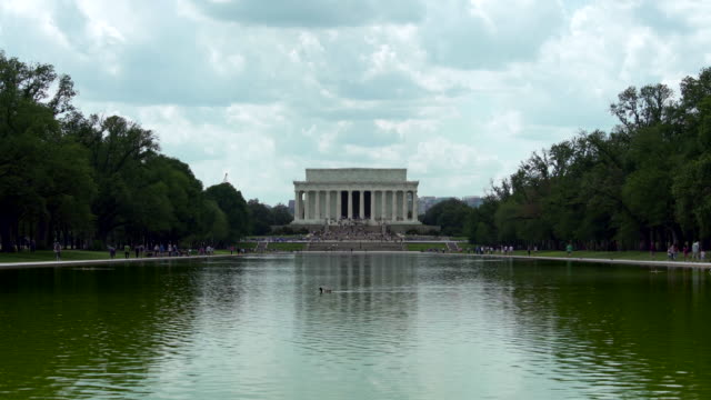 lincoln memorial and reflecting pool in washington, dc - lincolndenkmal stock-videos und b-roll-filmmaterial