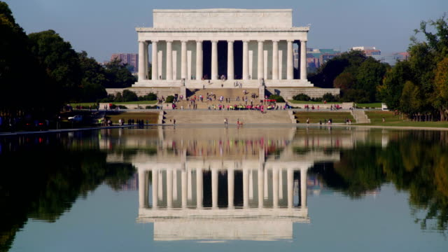 lincoln memorial and reflecting pool, washington dc, usa - lincolndenkmal stock-videos und b-roll-filmmaterial