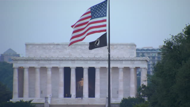 lincoln memorial flagge ws_1 hd (1080/24p - lincolndenkmal stock-videos und b-roll-filmmaterial