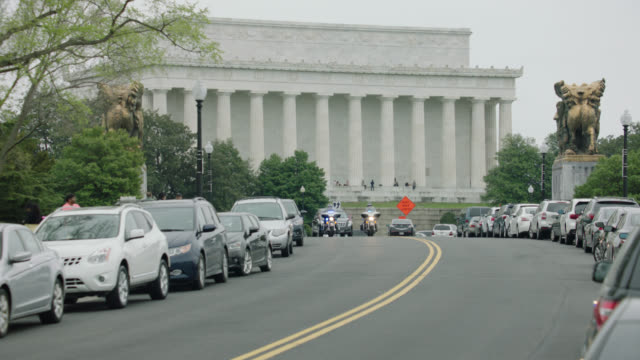 lincoln memorial motorcade motorcycle cops limo 1 - motorcade stock videos & royalty-free footage