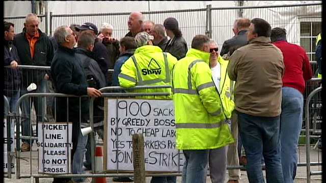 stockvideo's en b-roll-footage met lincolnshire: lindsey oil refinery: ext workers staging walk out in support of total workers from lincolnshire plant who were sacked following their... - plant stage