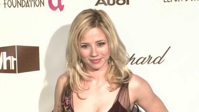 linda cardellini at the 14th annual elton john aids foundation oscar party co-hosted by audi, chopard and vh1 at the pacific design center in west... - vh1点の映像素材/bロール