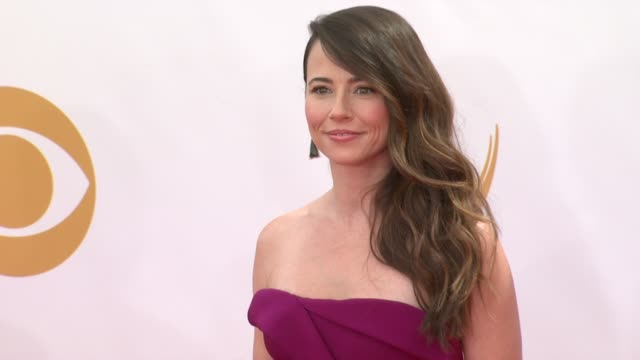 linda cardellini at the 65th annual primetime emmy awards arrivals in los angeles ca on 9/22/13 - annual primetime emmy awards stock-videos und b-roll-filmmaterial