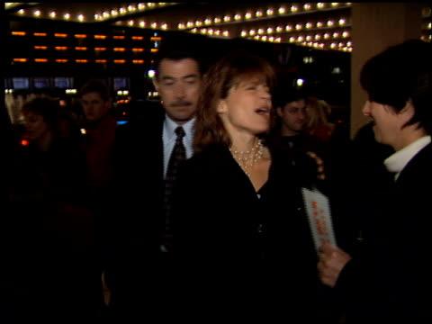 vidéos et rushes de linda hamilton at the 'major payne' premiere at century plaza in century city, california on march 22, 1995. - century plaza