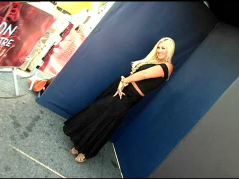 linda hogan at the 2005 teen choice awards exclusive on-site portrait studio at the universal amphitheatre in universal city, california on august... - ギブソンアンフィシアター点の映像素材/bロール