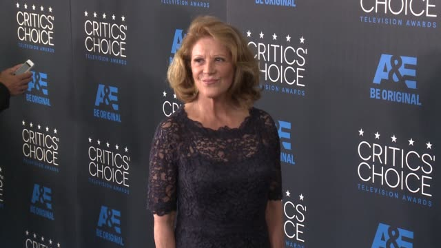 linda lavin at the 2015 critics' choice television awards at the beverly hilton hotel on may 31, 2015 in beverly hills, california. - 放送テレビ批評家協会賞点の映像素材/bロール