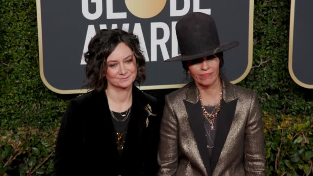linda perry and sara gilbert at 76th annual golden globe awards arrivals in los angeles ca 1/6/19 4k footage - golden globe awards stock videos & royalty-free footage