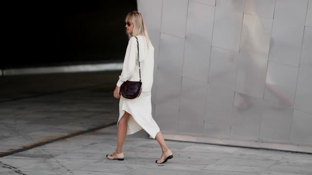 vidéos et rushes de linda tol wearing loewe bag white dress during the copenhagen fashion week spring/summer 2019 on august 9 2018 in copenhagen denmark - robe blanche