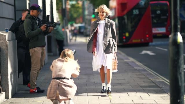 vídeos de stock e filmes b-roll de linda tol wears a gray blazer jacket a white dress black and white boots during london fashion week september 2018 on september 15 2018 in london... - bota