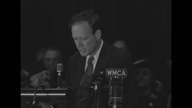 lindbergh passionately speaking to a rally in front of microphone that reads 'wmca' about staying out of war with germany. - ポピュリズム点の映像素材/bロール