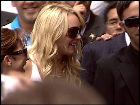 vídeos y material grabado en eventos de stock de lindsay lohan at the dediction of emilio estefan's walk of fame star at the hollywood walk of fame in hollywood california on june 9 2005 - emilio estefan