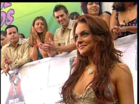 stockvideo's en b-roll-footage met lindsay lohan taking pictures at the 2004 mtv movie awards. lindsay lohan is hosting the 2004 mtv movie awards\ . - 2004