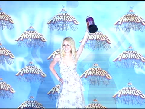 lindsay lohan winner of best onscreen team for 'mean girls' at the 2005 mtv movie awards press room at the shrine auditorium in los angeles... - mtv movie & tv awards stock videos & royalty-free footage