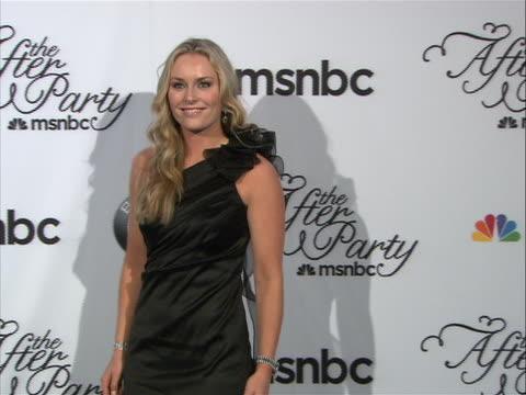 lindsey vonn posing on the red carpet at the white house correspondent's dinner. - 黒のドレス点の映像素材/bロール