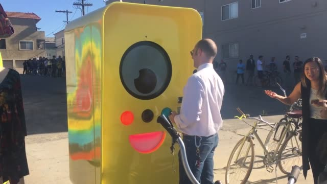 line forms outside vending machine for snapchat's spectacles camera glasses in los angeles - スナップチャット点の映像素材/bロール