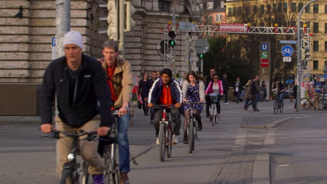 line of cyclists - fahrrad stock-videos und b-roll-filmmaterial
