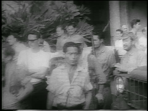 vidéos et rushes de b/w 1959 line of guerrilla soldiers carrying guns walking past camera outdoors / cuba / newsreel - révolution cubaine