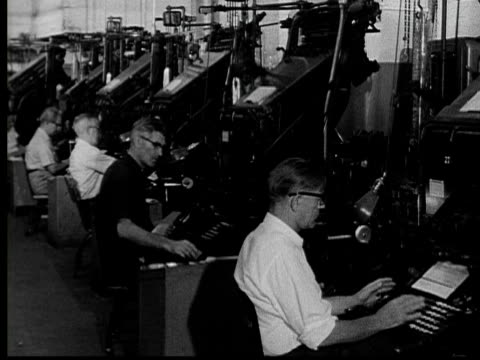 vídeos de stock e filmes b-roll de 1955 ms line of linotype operators typing/ cu hands typing/ ms man typing as man gets up and walks away/ buffalo, new york - máquina de linótipo