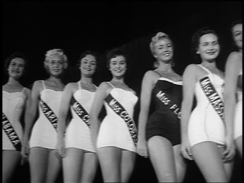 vídeos de stock, filmes e b-roll de pan line of miss america contestants in swimsuits posing smiling - beauty queen