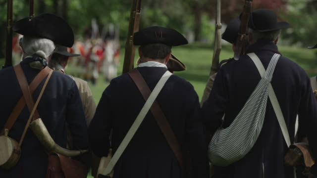 vídeos y material grabado en eventos de stock de a line of revolutionary war soldiers march toward an opposing line of british soldiers during a reenactment. - tricornio