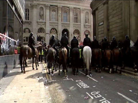 vídeos y material grabado en eventos de stock de line of riot police mounted on horses wait beside bank of england during g20 demonstrations 1 april 2009 - estilo del 2000