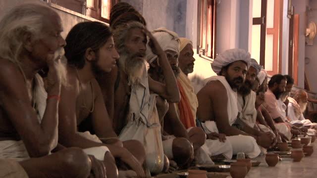 line of sadhus being fed - 僧衣点の映像素材/bロール