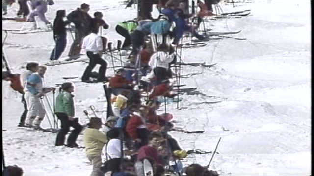 vídeos de stock e filmes b-roll de line of skiers waiting on mountain in killington vermont - roupa de esqui