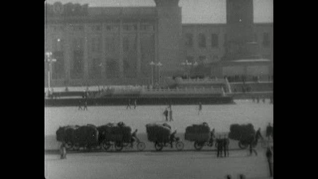 has line of tricycles pass through tiananmen square; 1964 - 中国国家博物館点の映像素材/bロール