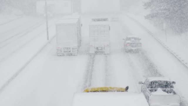 ラインの車両 trudging は冬の嵐 - トラック点の映像素材/bロール