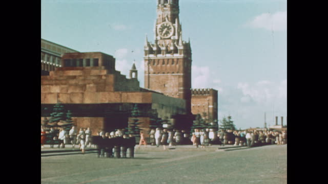 1959 line outside lenin's tomb - ex unione sovietica video stock e b–roll